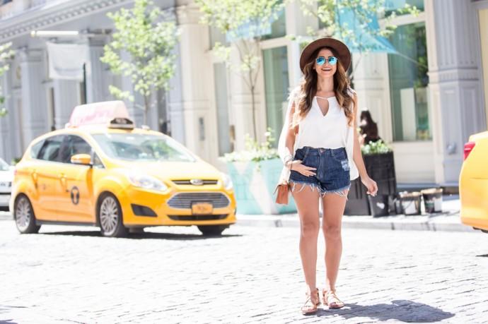blusa branca e short jeans