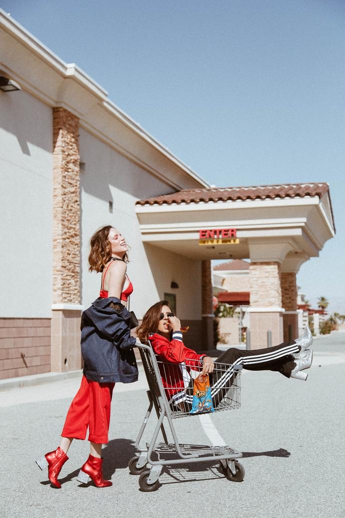 Amigas no carrinho de supermercado