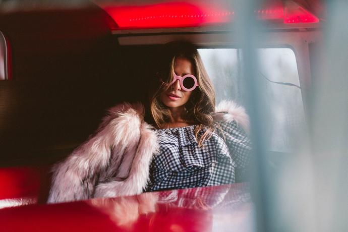 casaco de pele rosa